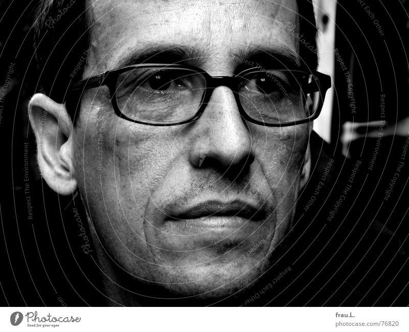 Herr A. Mensch Mann Gesicht Auge dunkel träumen Traurigkeit Denken warten Trauer Brille Falte ernst Porträt Gesprächspartner 50 plus
