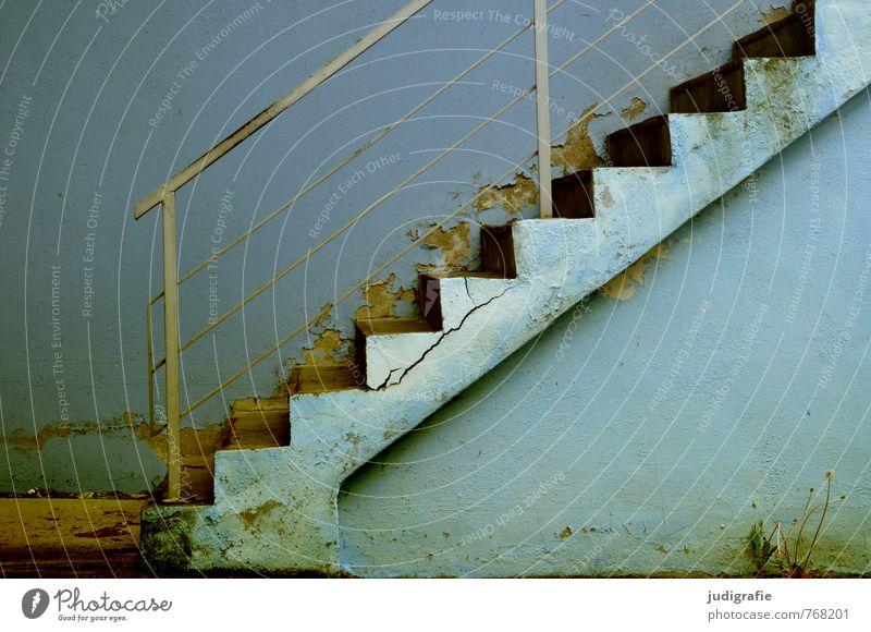 Hinauf blau alt Stadt dunkel Wand Mauer Treppe Beginn Treppengeländer trashig eckig anstrengen