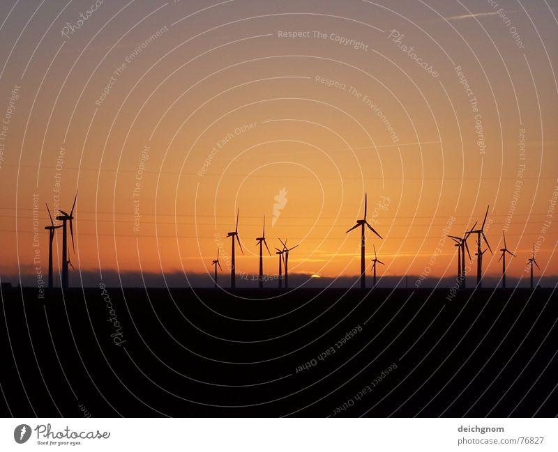 Windpark am Abend Küste Energiewirtschaft Elektrizität Windkraftanlage alternativ
