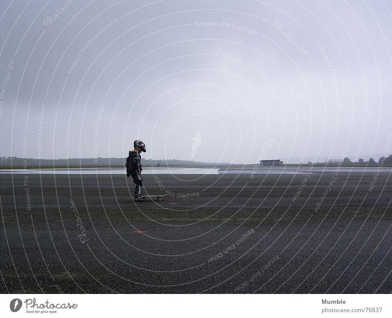 Jetzt aber... Wolken Einsamkeit Sport Junge grau Graffiti klein frei Platz trist Schutz Skateboarding tief Helm üben schlechtes Wetter