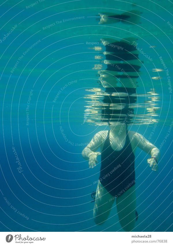 Kopflos gehen wir unter Frau Mensch Wasser blau Mädchen Meer Ferne schwarz kalt Wärme Wellen Körper Schwimmen & Baden Schwimmbad tauchen tief