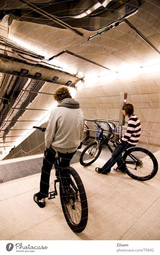wer fährt als erster? 2 Mountainbike springen fahren Trick Stunt Aktion Spiegel U-Bahn Eisenbahn Rolltreppe Physik stehen lässig Lifestyle Stil Jugendliche