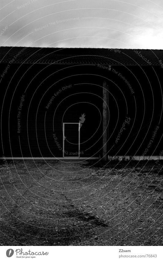 black shed schwarz Holz Haus Scheune Kies Wolken dunkel door Tür Tor Stein Himmel Linie Rahmen Schwarzweißfoto Hütte
