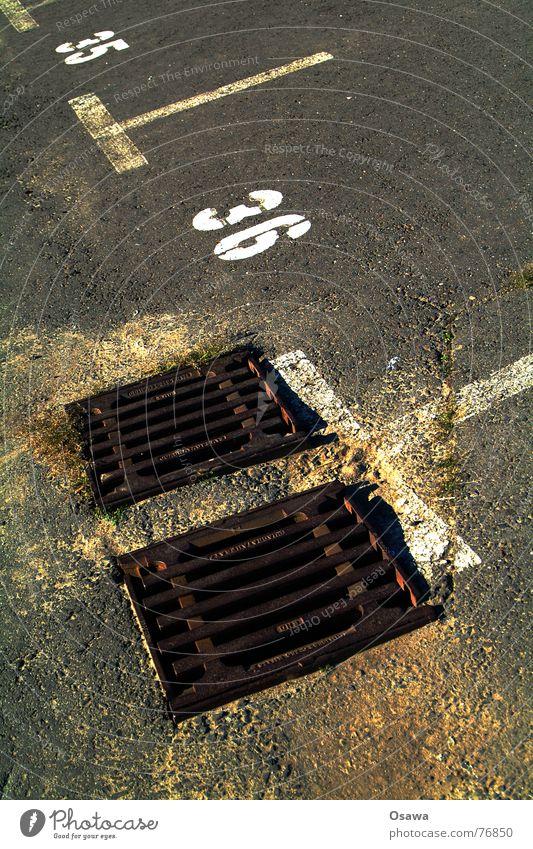 35, 36 Gully Parkplatz Asphalt Straßenbelag Abstellplatz Verkehrswege Ziffern & Zahlen sechunddreißig fünfungddreißig