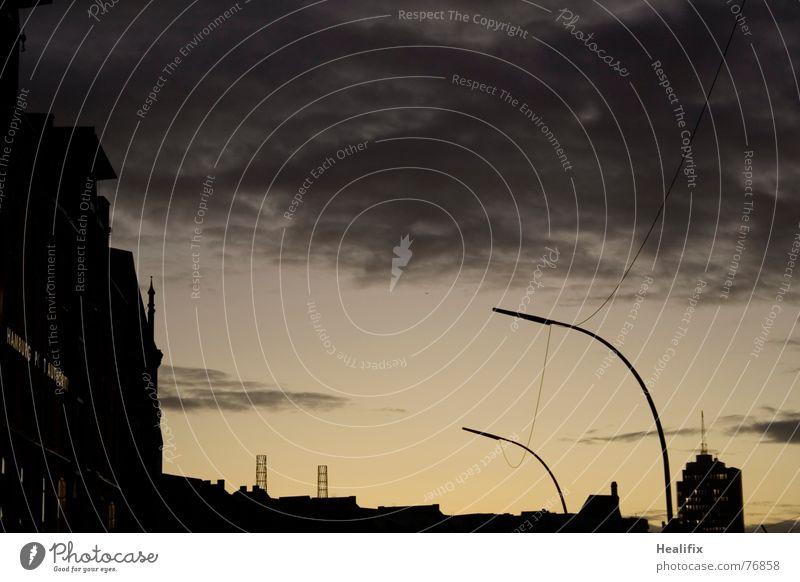 Rumhängen Sonne schwarz Wolken gelb Lampe dunkel grau Hamburg Kabel Turm Verbindung Stahl hängen Dachboden Lager Lagerhaus