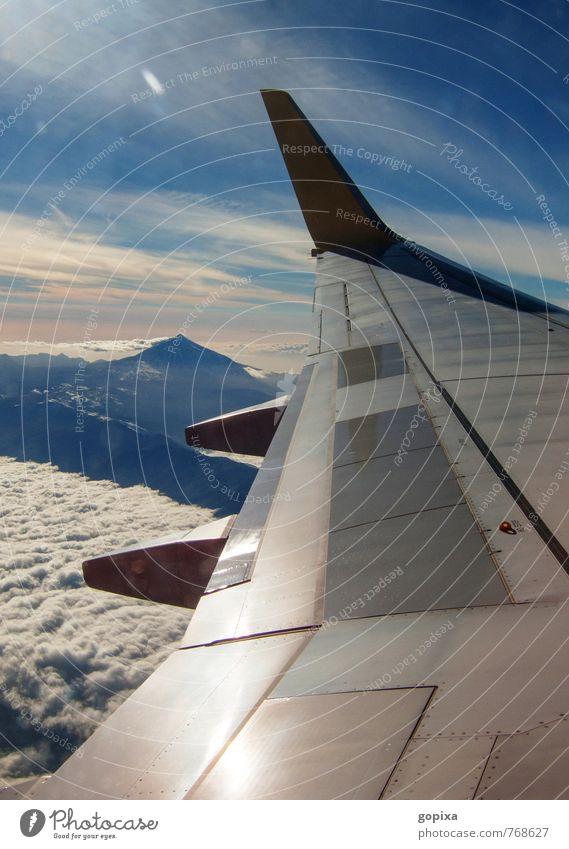 Blick aus einem Flugzeug über die Tragfläche auf die  Insel Teneriffa und den Teide Ferien & Urlaub & Reisen Luftverkehr Berge u. Gebirge Flugzeugausblick