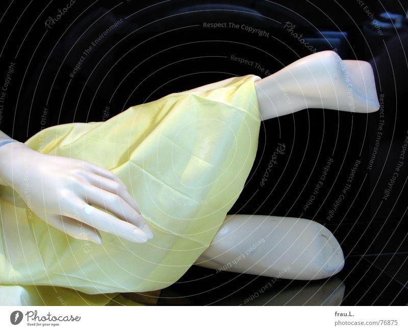 hingefallen Hand alt gelb Fuß Beine Bekleidung Kleid liegen Dekoration & Verzierung Falte Puppe drehen Schaufensterpuppe mögen Schaufenster