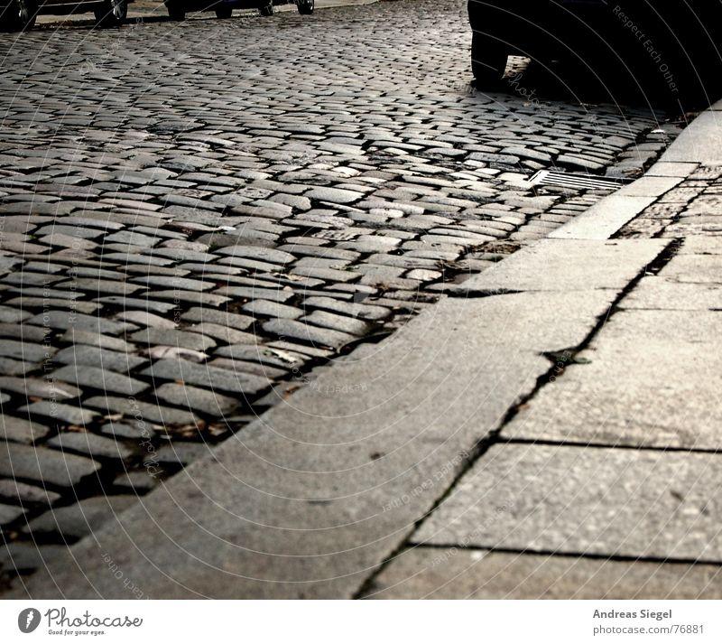 Nicht unter die Räder kommen! Straße kalt grau Stein PKW Regen nass trist Trauer KFZ trocken Dresden Bürgersteig Verkehrswege Straßenbelag Verzweiflung