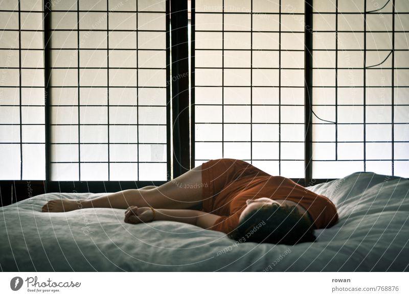 liegen Mensch Frau Jugendliche schön Einsamkeit Junge Frau Erholung ruhig Erotik Erwachsene Wärme feminin träumen Wohnung orange