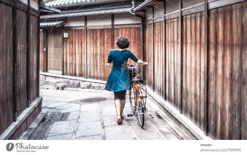 entdecken Mensch Frau Jugendliche Ferien & Urlaub & Reisen blau Junge Frau Erholung Haus Erwachsene Wand Straße feminin Wege & Pfade Mauer Verkehr Fahrrad