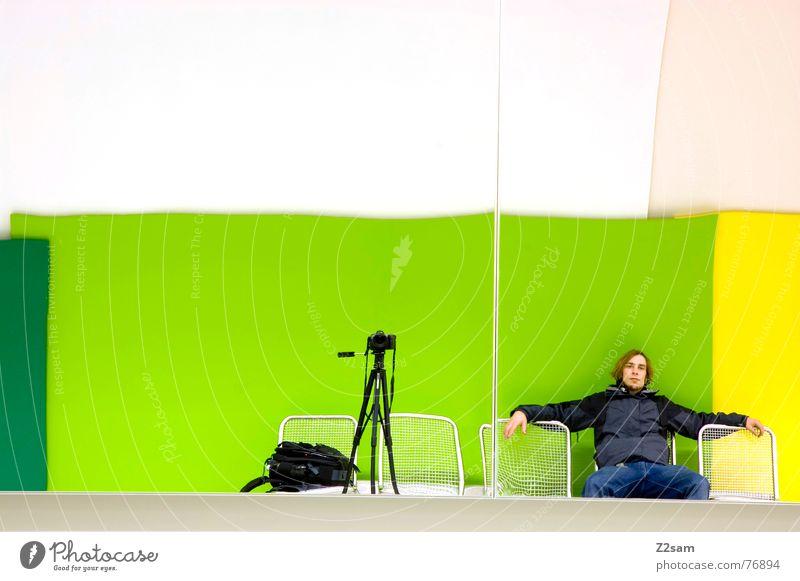 what´s up Mensch grün Farbe Erholung Wand Fotografie warten sitzen Bank Fotokamera Spiegel Sitzgelegenheit Fotografieren Spiegelbild Rucksack
