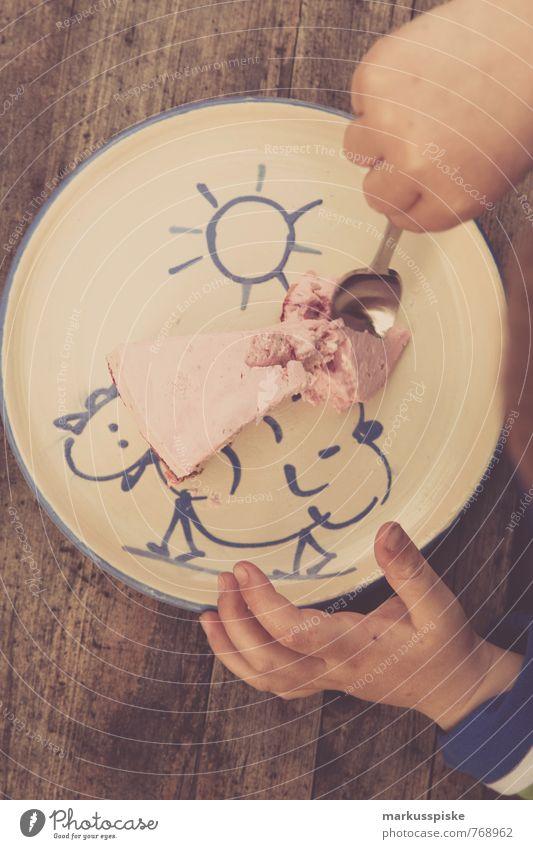 kind erdbeertorte Lebensmittel Kuchen Dessert Süßwaren Erdbeeren Erdbeertorte Ernährung Essen Kaffeetrinken Geschirr Teller Löffel Freude Glück Wohnung Garten