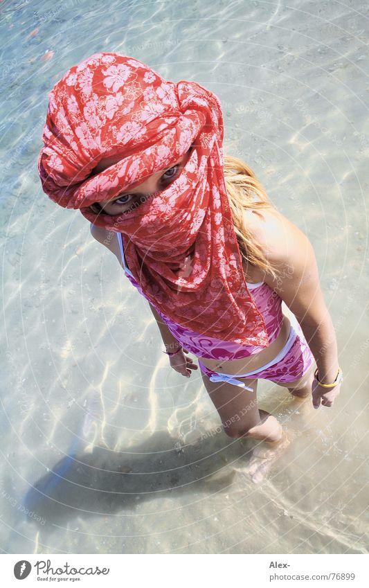 Von Kopf bis Kinn - Araberin Kind Wasser Mädchen Meer Blume rot Sommer Strand Ferien & Urlaub & Reisen Sand Vogel klein rosa laufen stehen Klarheit