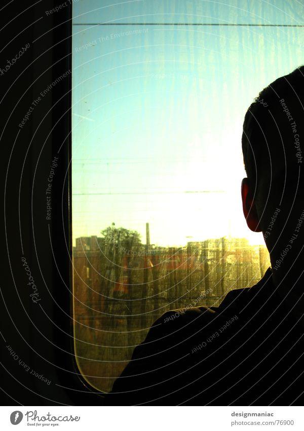 unterwegs Mensch Himmel Mann Stadt Sonne schwarz gelb dunkel Fenster kalt Kopf hell Beleuchtung Deutschland Angst dreckig