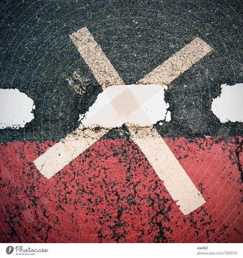 Straßenkreuzer Verkehr Verkehrswege Asphalt Zeichen Schilder & Markierungen groß nah unten Stadt Kreuz Fahrradweg Farbe rot blau-grau weiß Vignettierung