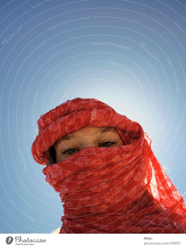 Helles Köpfchen Mädchen Himmel Sonne blau Einsamkeit Tod Wärme Religion & Glaube Beleuchtung Wüste Physik Tourist Überraschung Gott Tuch Durst
