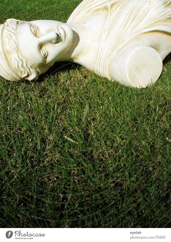 Götter(zer)dämmerung grün Wiese Gras weiß Büste Statue Marmor alt historisch Skulptur Textfreiraum unten Anschnitt Bildausschnitt