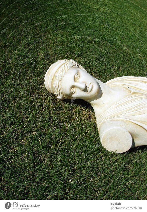 Püppi ohne Arme Götter grün Wiese Gras weiß Büste Statue Rasen Marmor Skulptur Hintergrund neutral Textfreiraum oben Textfreiraum unten historisch