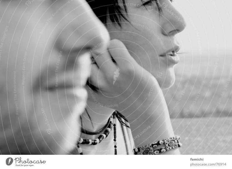 till und uta sprechen schweigen ruhig Silhouette Frau Mann Bart schwarz weiß Aussicht abstützen anlehnen Freundschaft Porträt Wind Armband Schmuck Tiefenschärfe