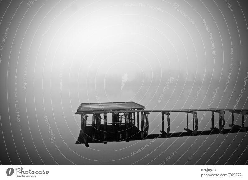 still weiß Wasser Einsamkeit ruhig schwarz dunkel Traurigkeit Gefühle Tod grau See Stimmung träumen Nebel Trauer Ende