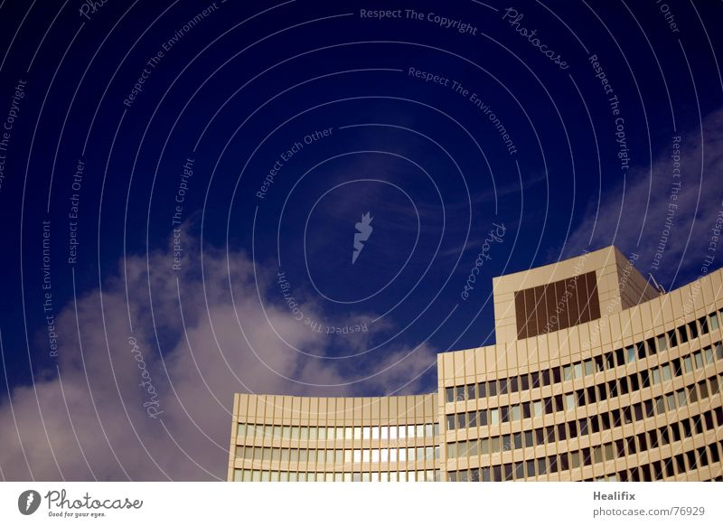 künstliches Klima Haus Hochhaus Arbeit & Erwerbstätigkeit Fenster geschwungen Etage Himmel Stadt Wolken Dach Konstruktion Wolkenformation Rollo kalt Physik