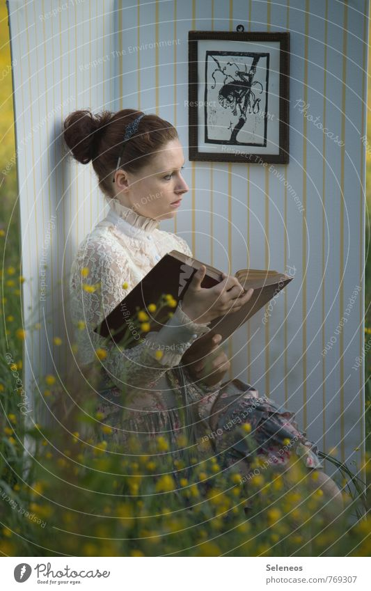 Lieblingsplatz Freizeit & Hobby Bildung lernen Studium Student Mensch feminin Frau Erwachsene 1 Umwelt Natur Frühling Sommer Wiese brünett Blühend Denken lesen