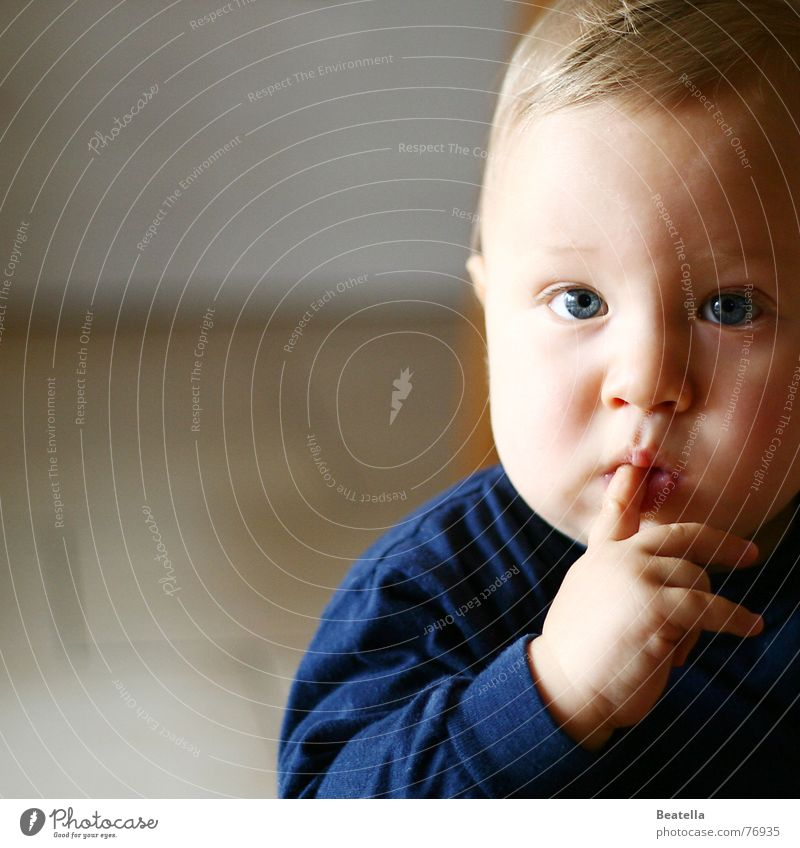 hmmm Kind Hand blau Gesicht Junge Mund Baby Finger Übergewicht dick Geschmackssinn saugen