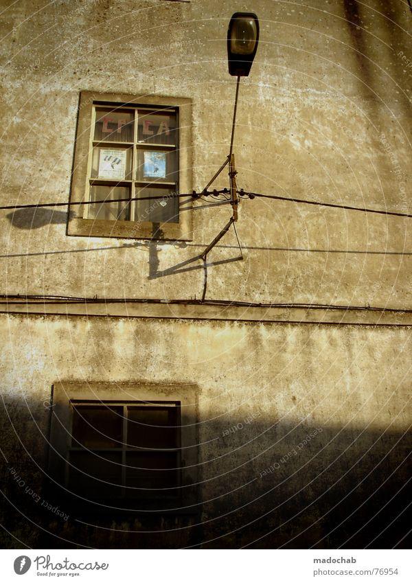 FRÜHER Haus Fenster Wand Architektur Mauer Gebäude Glas Fassade Baustelle Vergänglichkeit Bauwerk verfallen trashig Fensterscheibe Glühbirne Schaufenster