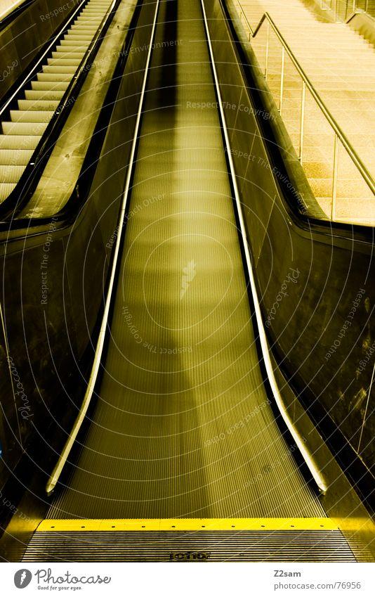 up gelb Linie gehen Eisenbahn Geschwindigkeit Treppe U-Bahn aufwärts flach bequem Rolltreppe Garching