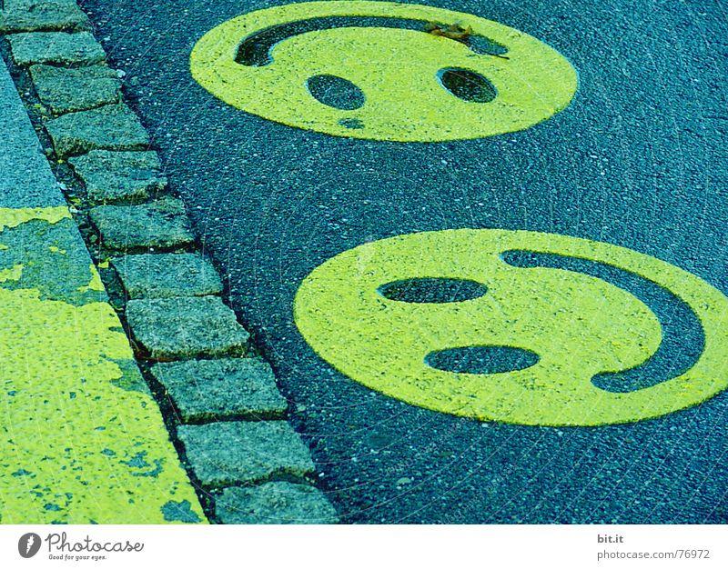 FRÖHLICH(e) RUNDE Stadt Sommer Freude Gesicht Straße Graffiti lachen Kunst Mund Kindheit Lifestyle Bodenbelag Kommunizieren unten Gemälde Station