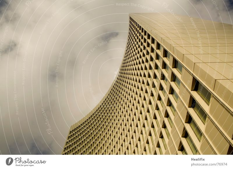 Grauer Riese Haus Hochhaus Arbeit & Erwerbstätigkeit Fenster geschwungen Etage Himmel Stadt Wolken Dach Konstruktion Wolkenformation Rollo grau dunkel windows