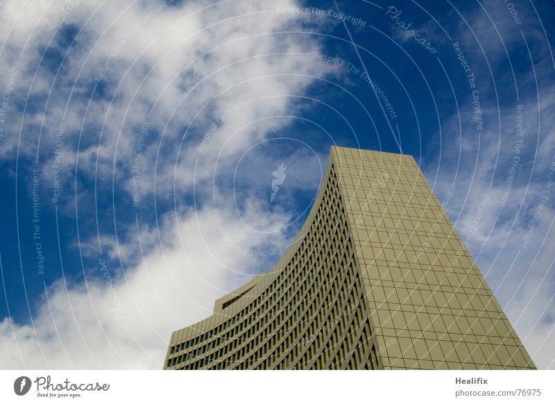 Hit or Miss Himmel blau Stadt Wolken Haus Fenster Business Linie Arbeit & Erwerbstätigkeit Flugzeug Hochhaus Dach Etage Konstruktion Abdeckung