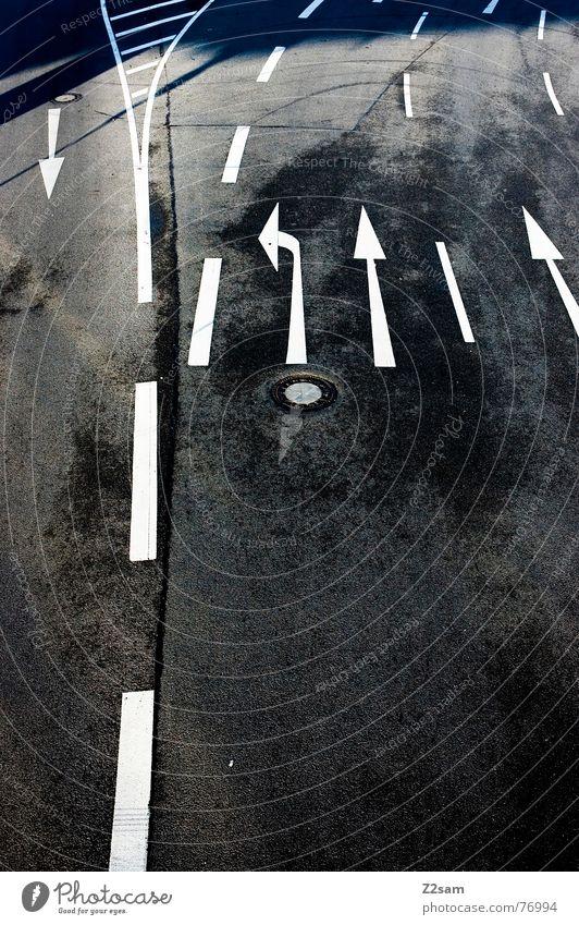 einer gegen alle weiß Teer Asphalt schwarz dunkel Verkehr Straßenverkehr Straßenverkehrsordnung Regel Verkehrsregel Spuren Fahrbahn Pfeil Linie Kontrast