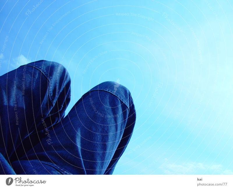 BlaueHoseQuer Wolken Wiese Beine Jeanshose liegen Jeansstoff Bildausschnitt Knie Fototechnik