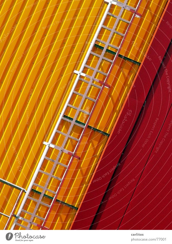 da fliegt mir doch ... rot gelb Farbe verrückt Fassade Industriefotografie Maske Leiter Lagerhalle diagonal Blech Lager Feuerleiter