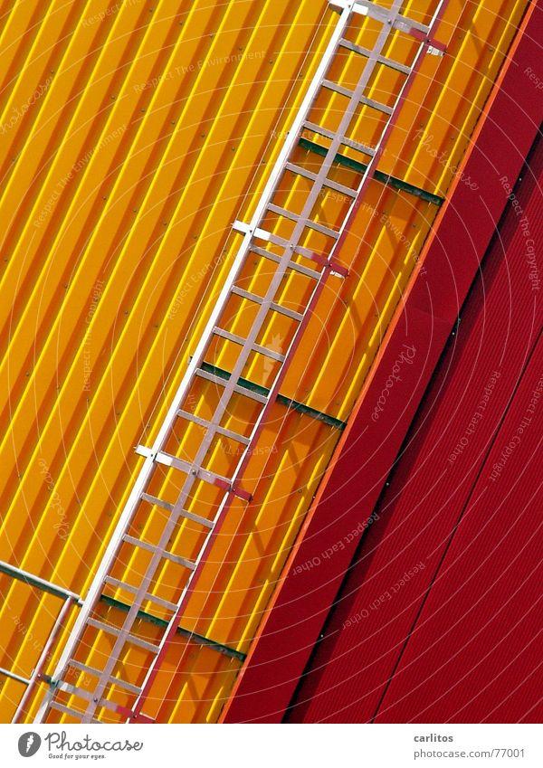 da fliegt mir doch ... rot gelb Farbe verrückt Fassade Industriefotografie Maske Leiter Lagerhalle diagonal Blech Feuerleiter