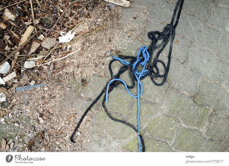 hier siehts aus... Häusliches Leben Menschenleer Terrasse Steinboden Bodenbelag Seil dreckig Pflastersteine Holz Linie Knoten Haufen Gefühle Ordnungsliebe