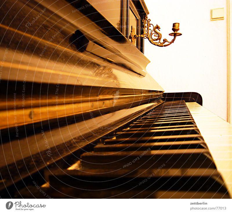 Klavier weiß schwarz Perspektive berühren Klaviatur Dynamik Musik Leuchter Fluchtpunkt Elfenbein Ebenholz Kerzenständer Musik unplugged Klavierdeckel