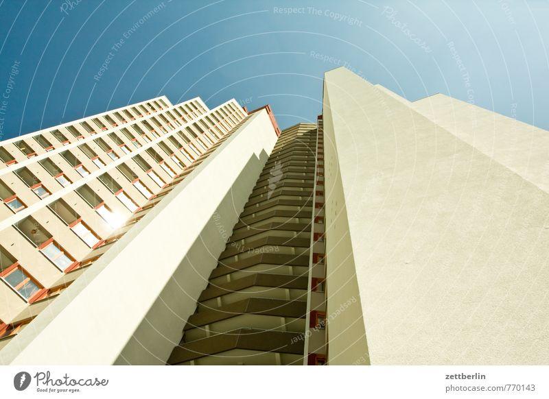 Hochhaus Architektur Haus Stadt Wohnhaus Wohnhochhaus Etage Fassade Fenster Fensterfront bau Bauwerk Häusliches Leben Wohngebiet Plattenbau Wohnung
