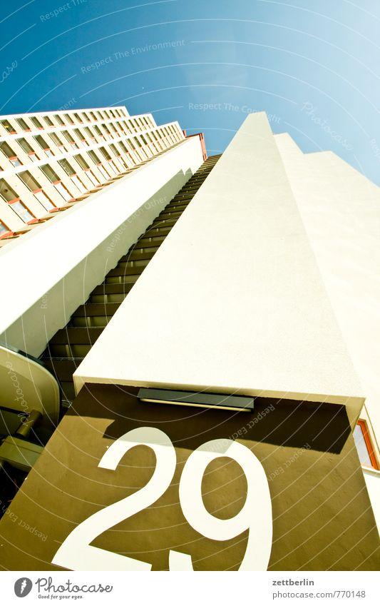 29 Himmel Stadt Haus Fenster Architektur Wohnung Fassade Häusliches Leben Hochhaus hoch Ecke Ziffern & Zahlen Bauwerk Wohnhaus Etage Wohnhochhaus