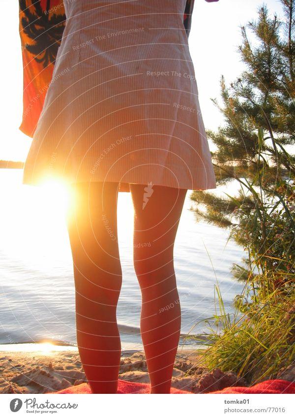 Beinfreiheit See Brandenburg Strand Sonnenuntergang Frau Sommer Außenaufnahme Abendsonne Geborgenheit nackt Kleid Handtuch Ferien & Urlaub & Reisen Licht