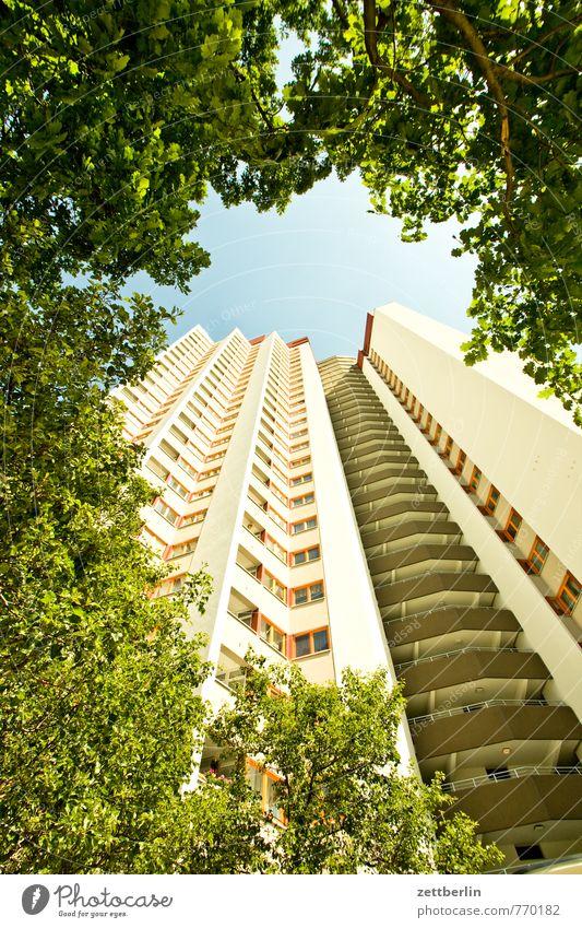 Häuschen im Grünen Architektur Haus Stadt Wohnhaus Wohnhochhaus Hochhaus Etage Fassade Fenster Fensterfront bau Bauwerk Häusliches Leben Wohngebiet Plattenbau