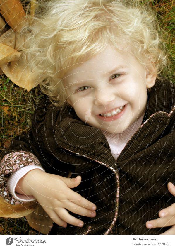 blonder engel Kind Mädchen Gesicht Blatt Herbst lachen fallen grinsen Locken