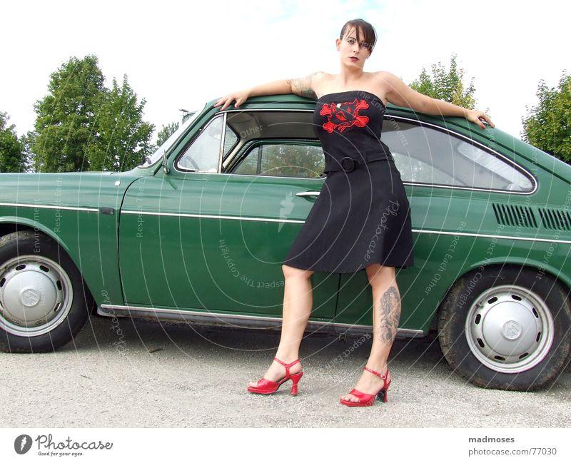 Sexy Lady grün rot PKW Beine lässig Treppenabsatz Damenschuhe