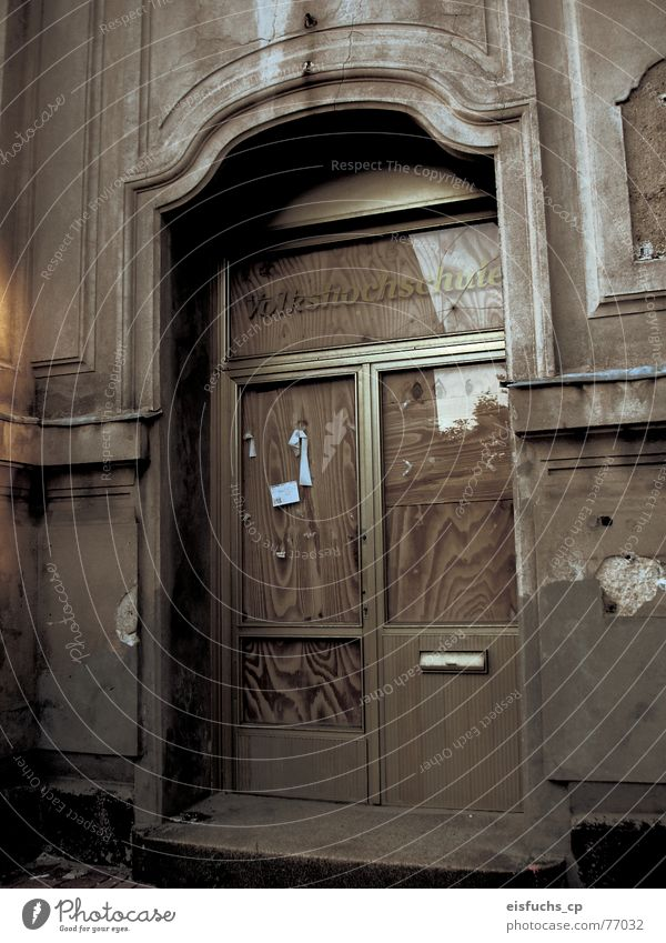 Der Weg zur Bildung alt Einsamkeit grau Schule Zusammensein Tür Schulgebäude leer Macht Eingang Wissen früher spät vergessen stagnierend