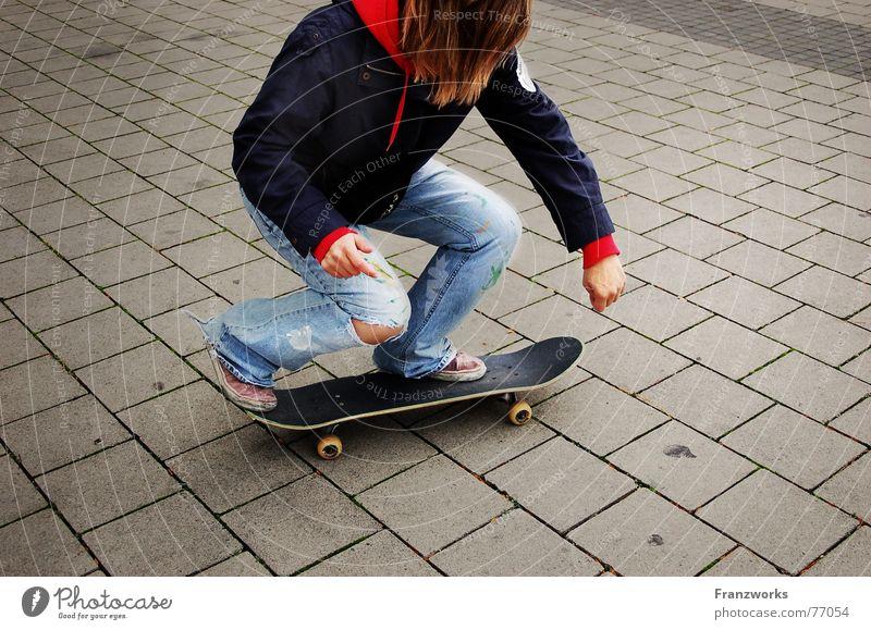 ...Skatermuddi No.1 Steinplatten fahren Mädchen Skateboarding Straße Wege & Pfade Rolle Bewegung Loch Bodenplatten Aktion Körperhaltung schwungvoll