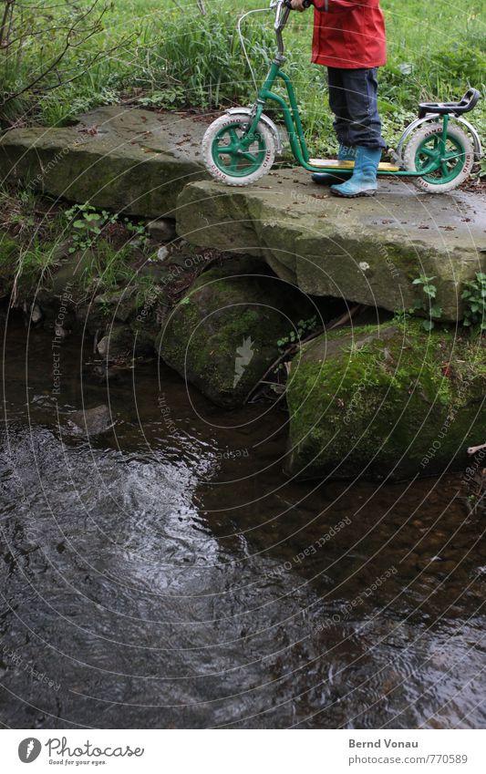 Ende Gelände Spielen Kind Mensch 1 3-8 Jahre Kindheit Natur Wasser schlechtes Wetter Bach Gummistiefel Stein fahren stehen kalt blau grün rot gefährlich Risiko
