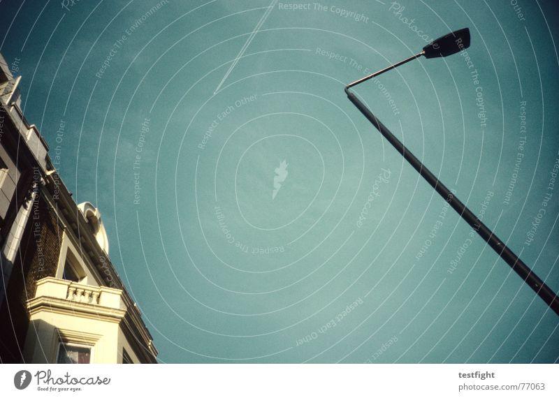 fassade Sommer Haus Himmel Stadt Kondensstreifen Lomografie Straßenbeleuchtung Fassade Menschenleer Farbfoto Balkon Architektur