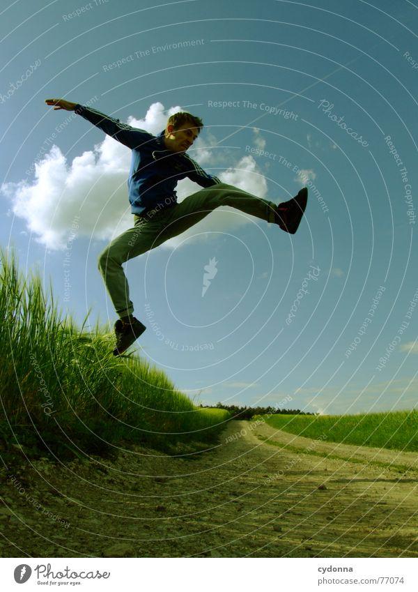 Spring Dich frei! #11 Mann Jacke Kapuzenjacke Gras Feld Sommer Gefühle springen hüpfen verrückt Spielen Körperhaltung schreien Jugendliche Mensch