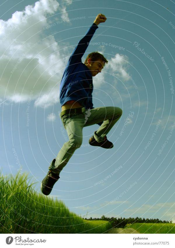 Spring Dich frei! #12 Mann Jacke Kapuzenjacke Gras Feld Sommer Gefühle springen hüpfen verrückt Spielen Körperhaltung schreien Jugendliche Mensch